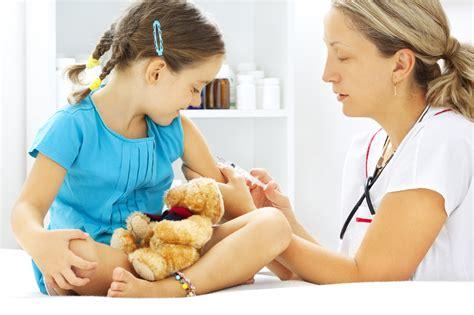 Прививку от краснухи делают в раннем возрасте, чтобы как можно раньше выработать иммунитет.